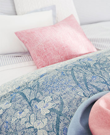 Tropical-inspired floral-and-leaf-print duvet in blue & white