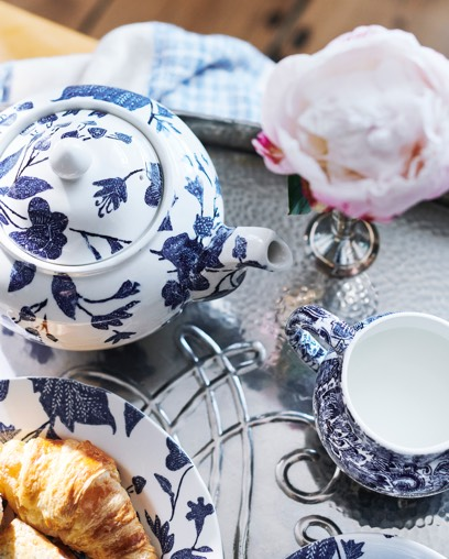 Teapot, saucer & plate with blue vine pattern
